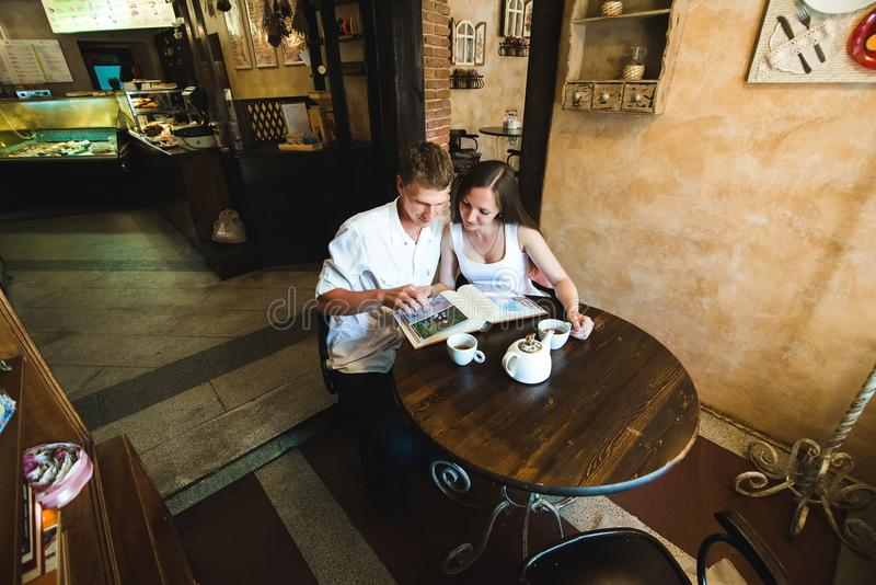 Junge und sein Mädchen in reizendes Kleideraufpassenden Bildern stockbild