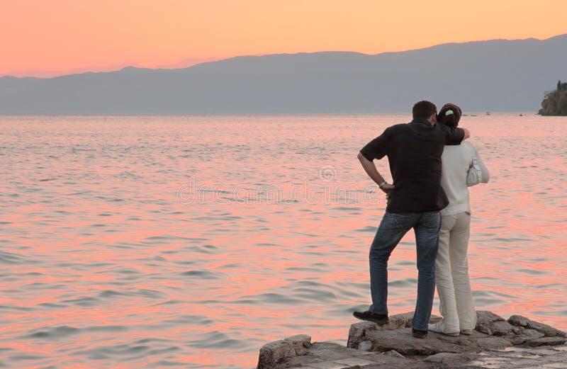 Junge und seine Freundin an lakeshore stockfoto