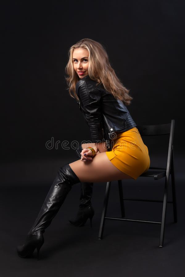 Junge und sexy erstaunliche Blondine stockfoto