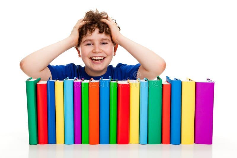 Junge und Stapel der Bücher stockbild