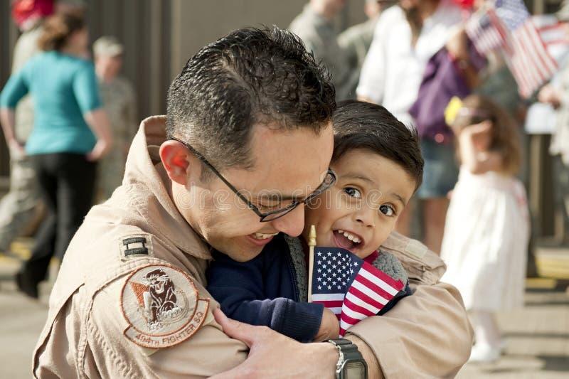 Junge und Vater (U.S.A.F.-Pilot) gewiedervereinigt stockbild