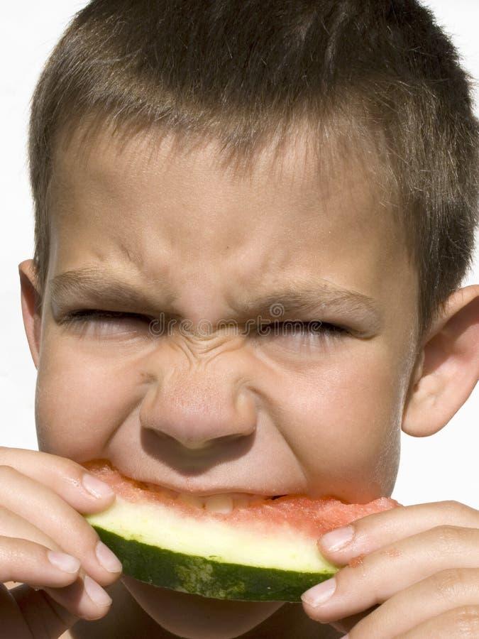 Junge und Wassermelone stockfoto