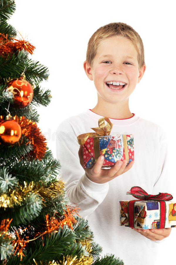 Junge und zwei Weihnachtsgeschenke stockbild