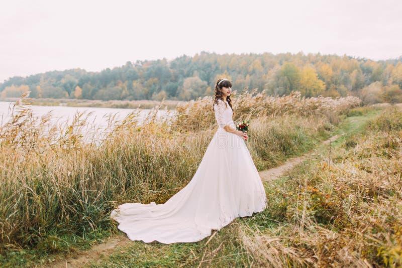 Junge unschuldige Braut, die draußen aufwirft Nettes reizend Mädchen mit Forest Hills auf Hintergrund lizenzfreies stockfoto