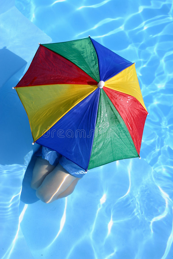 Junge unter Regenschirm stockbilder