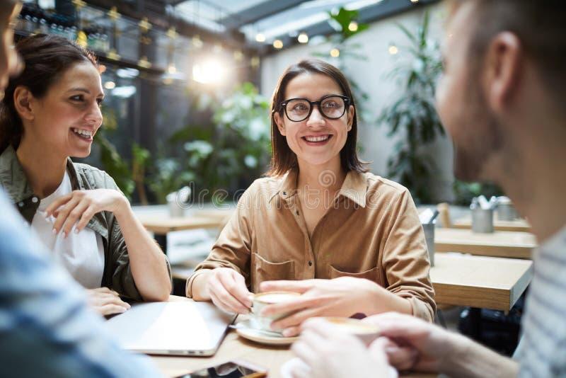 Junge Unternehmer, die Projektentwicklung besprechen lizenzfreies stockbild