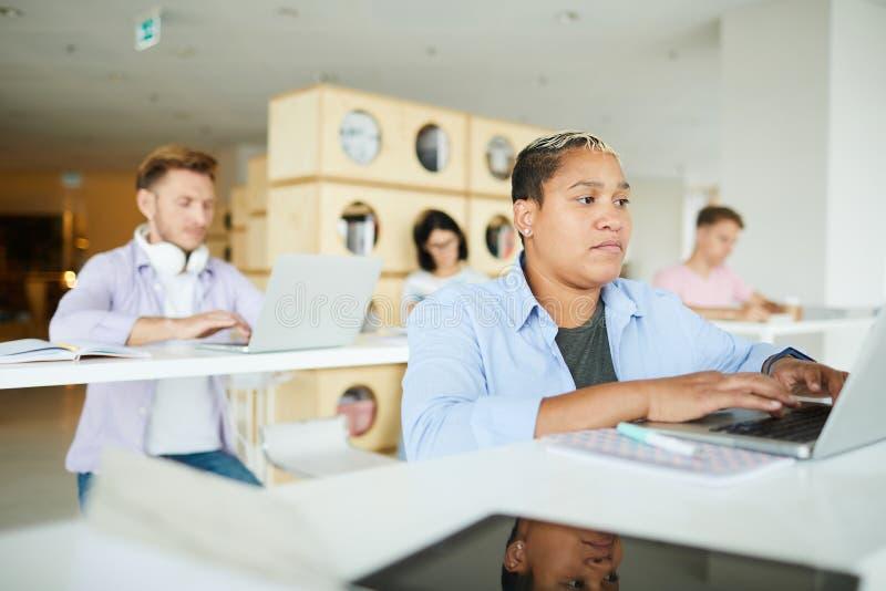 Junge Unternehmer in mit-arbeitendem Raum lizenzfreies stockfoto
