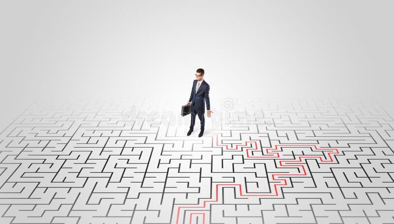 Junge Unternehmerstellung in einer Mitte eines Labyrinths lizenzfreie stockfotografie