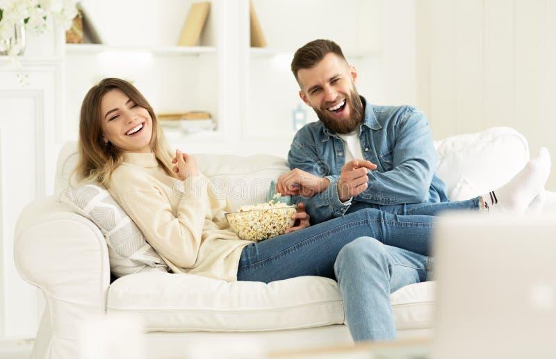 Junge verbinden lachenden aufpassenden Kom?dien-Film online stockbild