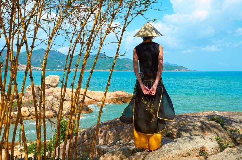 Junge vietnamesische Frau in der traditionellen Kleidung lizenzfreies stockbild