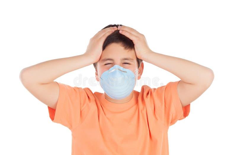 Junge von ungefähr zwölf mit Allergiemaske lizenzfreie stockbilder