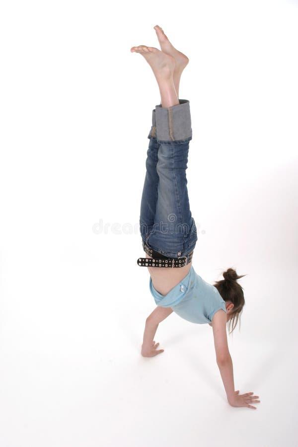 Junge-vor jugendlich Mädchen, das einen Handstand 1 durchführt stockfotos