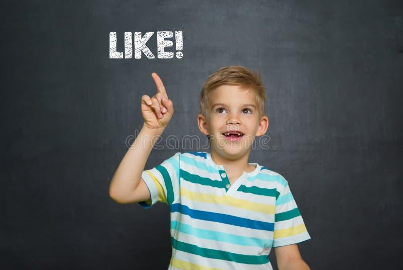 Junge vor Schulbehörde mit Text MÖGEN stockbilder
