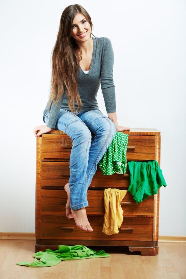 Junge vorbildliche Sitzplätze am Schrank für Kleidung stockbild