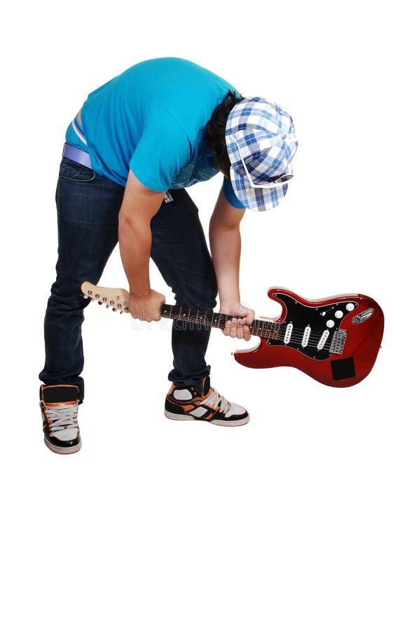 Junge wütend an der Gitarre. lizenzfreie stockbilder