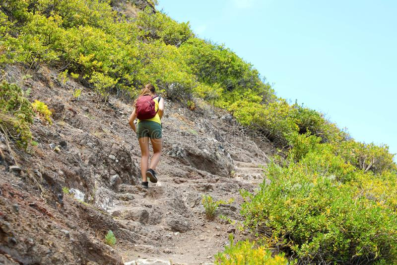 Junge Wandererfrau auf harter und felsiger Spur in Teneriffa stockfotografie