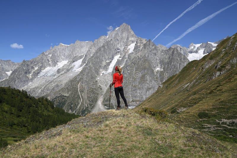 Junge Wandererfrau in Val Ferret lizenzfreies stockbild
