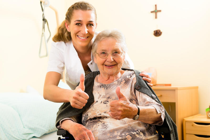 Junge warten und weiblicher Älterer im Pflegeheim lizenzfreies stockfoto