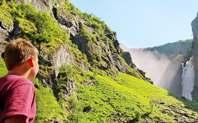 Junge am Wasserfall. lizenzfreie stockfotografie