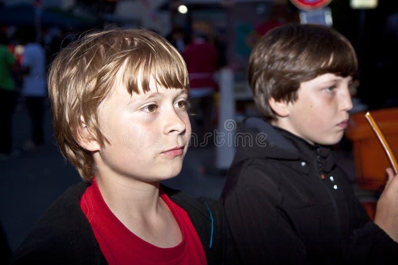 Junge watchs interrested die Szene vorbei stockfoto