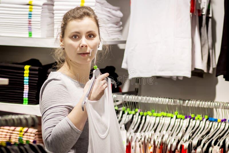 Junge weiße Frau im stilvollen Kleidungsshop lizenzfreies stockbild