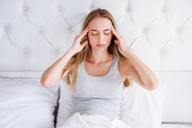 Junge weiße Frau mit Schlaflosigkeits-Kopf-Migräne-Kopfschmerzen: Schlechtes Schlaf-Problem-Konzept stockfoto