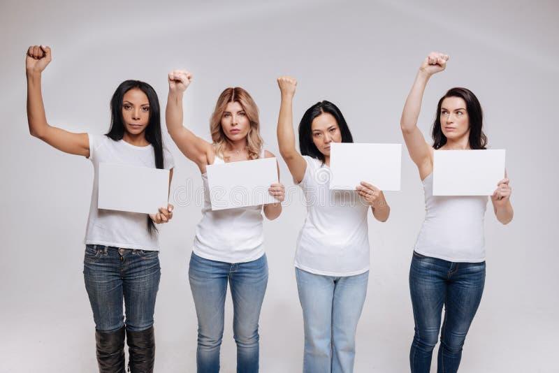 Junge weibliche Aktivisten, die gegen etwas protestieren lizenzfreie stockfotos