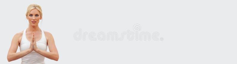Junge weibliche Frauen-übende Yoga-Panorama-Netz-Fahne lizenzfreies stockbild