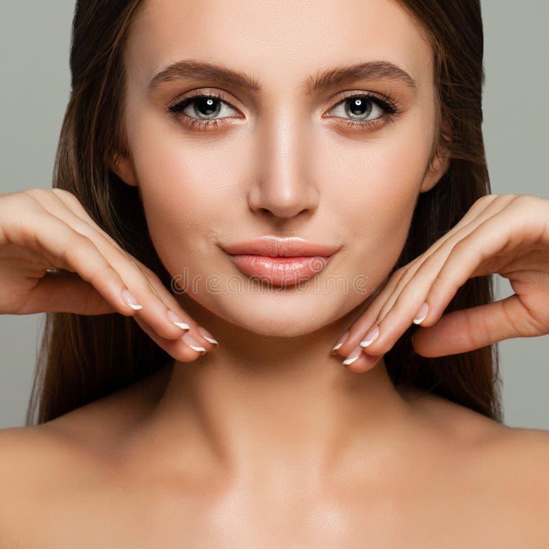 Junge weibliche Gesichts-Nahaufnahme Nettes vorbildliches Woman mit gesunder Haut lizenzfreie stockbilder
