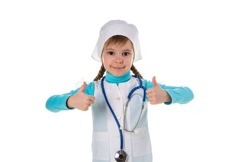 Junge weibliche Krankenschwester, die das Stethoskop glücklich mit großem Lächeln, Daumen oben mit den Fingern, ausgezeichnetes Z stockbilder