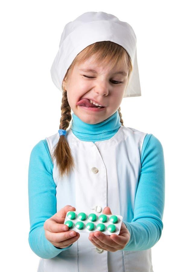 Junge weibliche Krankenschwester, die medizinisches einheitliches angewidertes Ausdruck-, missfallenes und ängstlicheshandelnekel stockbilder