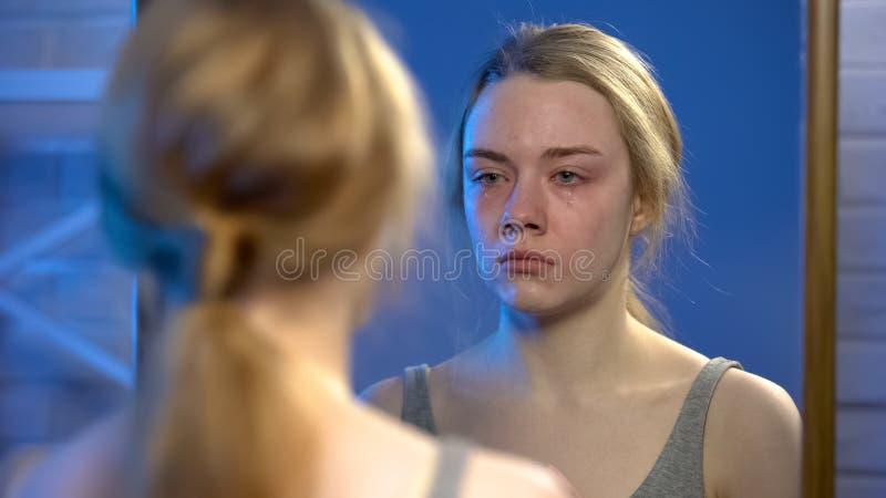 Junge weibliche leidende Krise, schreiend, Spiegelreflexion, Verzweiflung betrachtend stockbilder