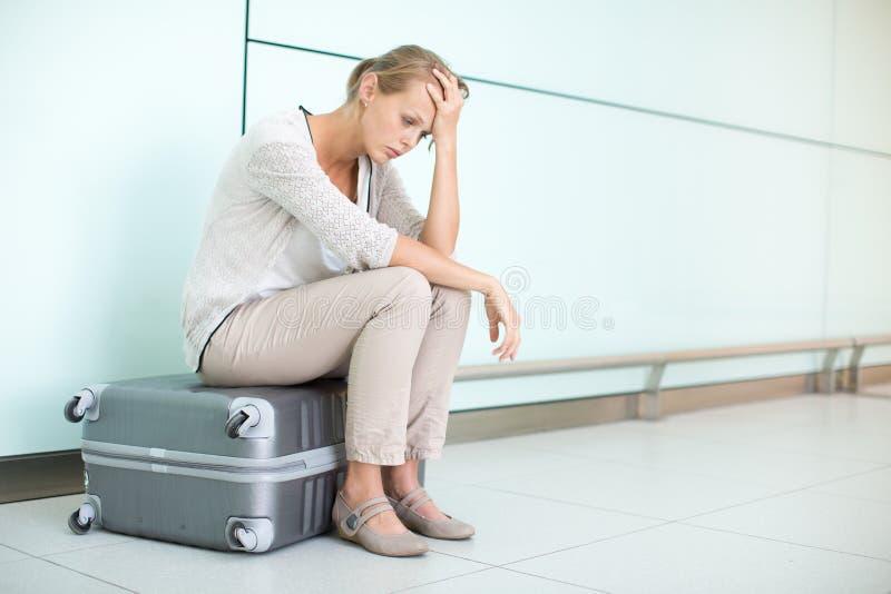 Junge, weiblicher frustrierter Passagier am Flughafen lizenzfreie stockfotografie