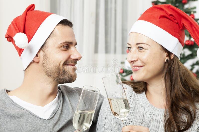 Junge Weihnachtspaare mit Champagner lizenzfreie stockfotografie