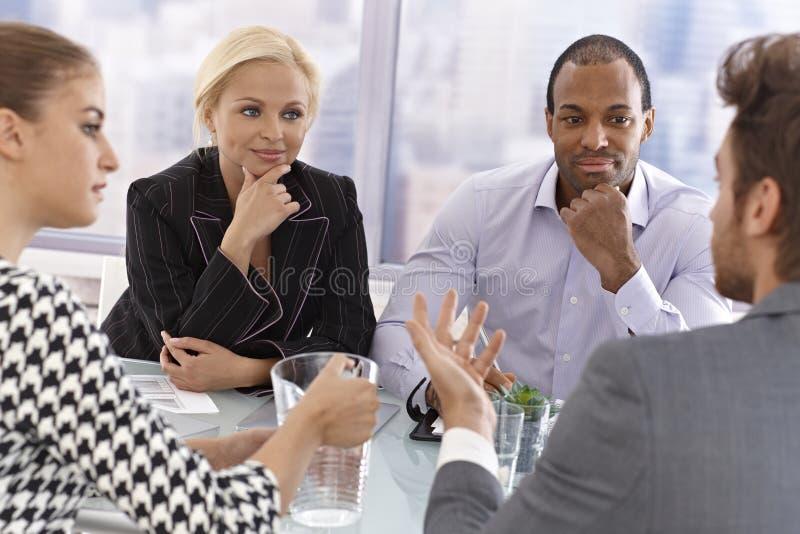Junge Wirtschaftler bei einer Sitzung stockfotografie
