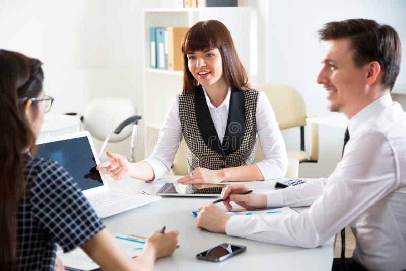 Junge Wirtschaftler, die mit Laptop arbeiten stockbilder