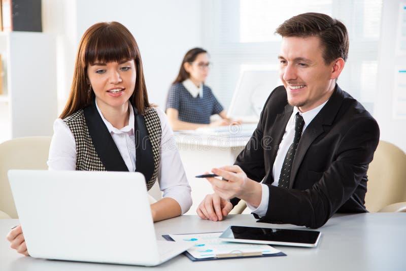 Junge Wirtschaftler, die mit Laptop arbeiten lizenzfreie stockbilder