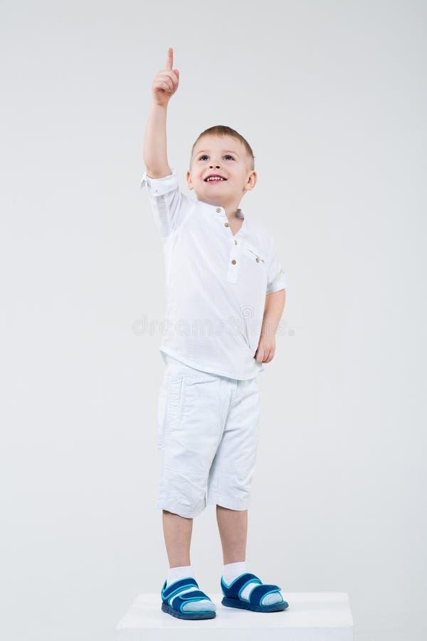 Junge zeigt einen Finger irgendwo lizenzfreies stockbild
