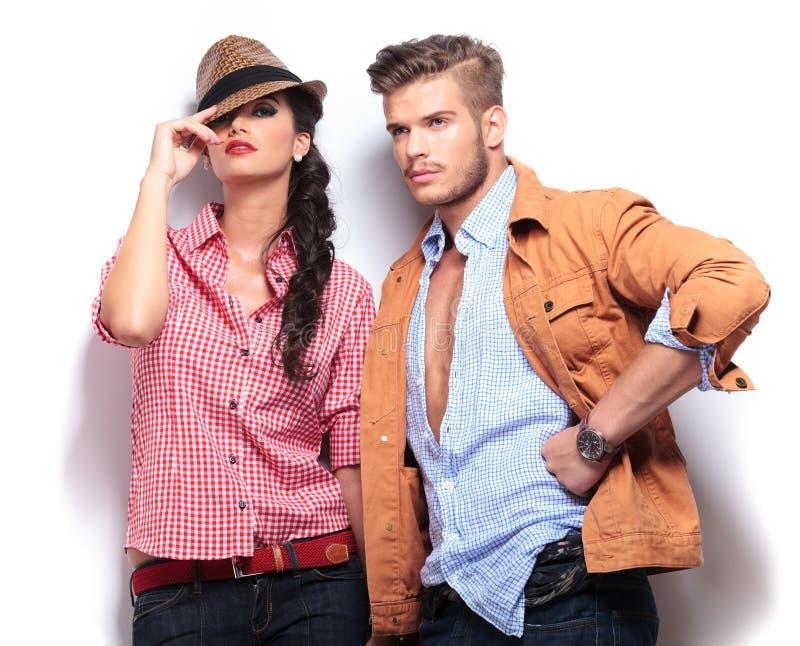 Junge zufällige Mode-Modelle, die im Studio aufwerfen lizenzfreie stockfotos