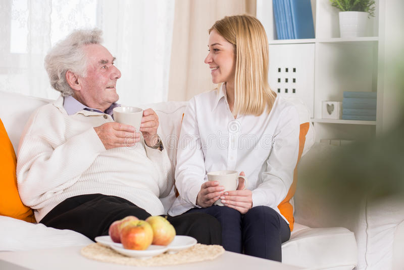 Jungefreiwilliger im Pflegeheim lizenzfreies stockbild