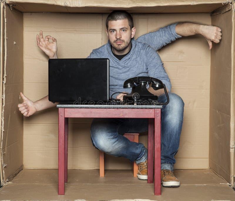 Jungeinternierter zeigt Gestenhände lizenzfreie stockfotos
