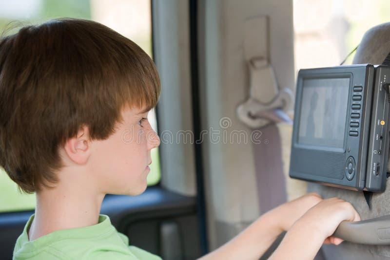 Jungen-überwachender Film lizenzfreie stockbilder
