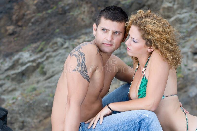 Jungen-ANG-Mädchen auf dem Strand lizenzfreies stockbild