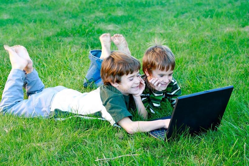 Jungen auf Computer stockbild