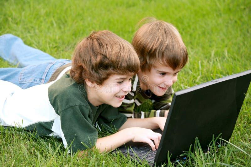 Jungen auf Computer stockfoto