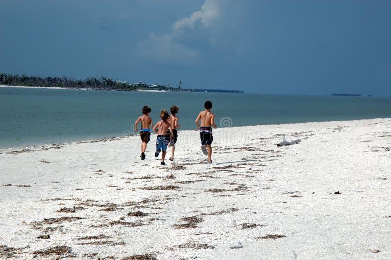 Jungen auf dem Strand lizenzfreies stockbild