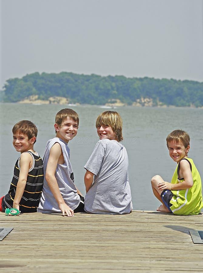 Jungen auf einem Fischen-Dock lizenzfreie stockbilder