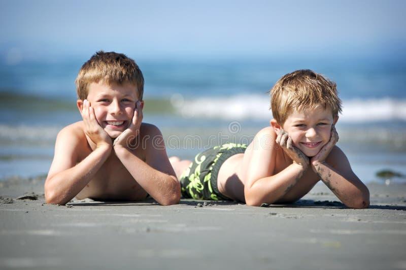 Jungen auf Strand stockfoto
