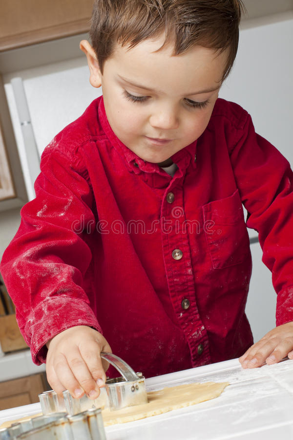 Jungen-Ausschnitt-Plätzchen-Teig lizenzfreie stockbilder