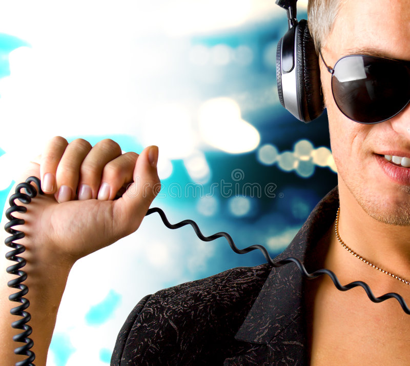 Jungen-IS-IS, das Musik hört lizenzfreie stockfotografie